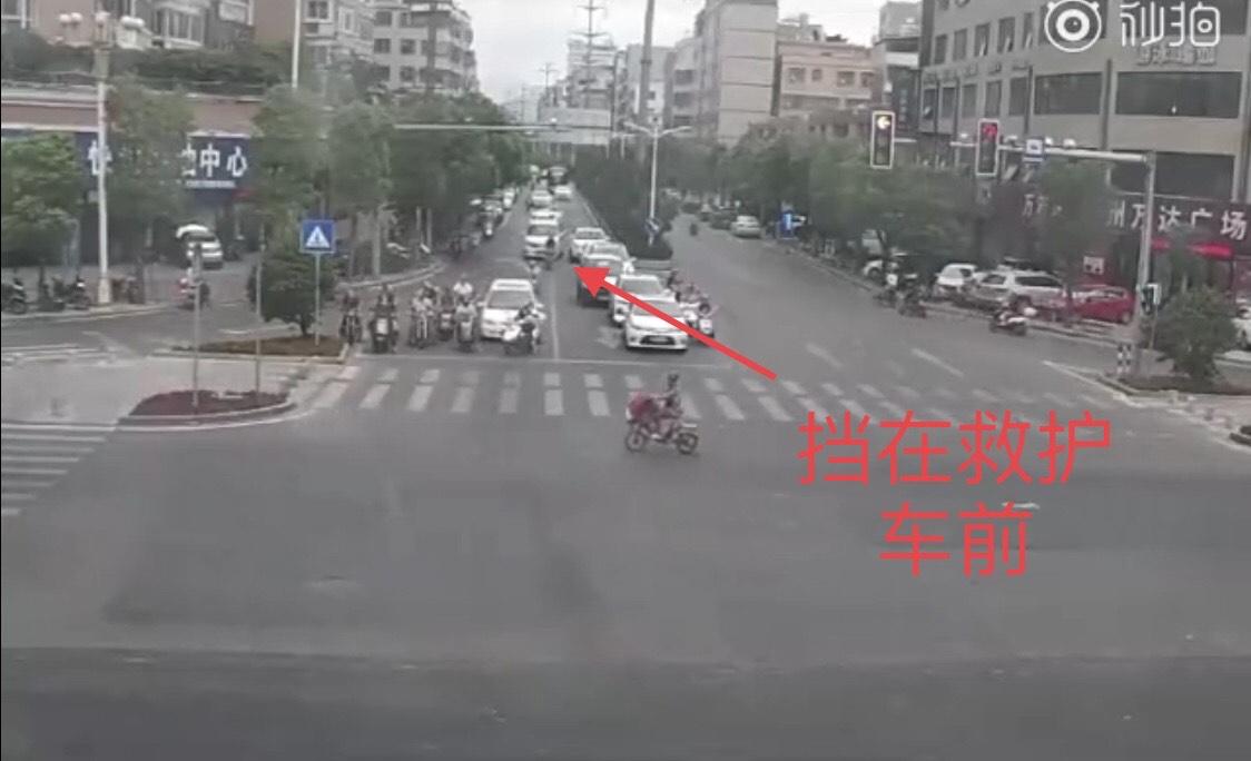 男子骑摩托故意阻挡救护车什么情况?被罚款1900扣13分大快人心